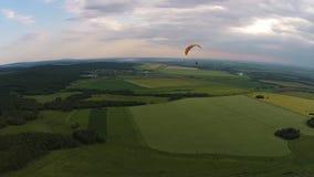 Flyg- sikt av paragliding nära bergenslingen Toratau arkivfilmer