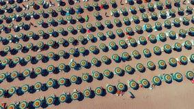 Flyg- sikt av paraplyer på Sunny Beach Arkivbilder