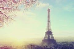 Flyg- sikt av Paris cityscape med Eiffeltorn på solnedgången Arkivfoton