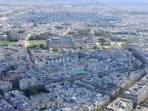 Flyg- sikt av Paris fr?n Eiffeltorn som f?rbiser det Invalides huset royaltyfri fotografi