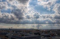 Flyg- sikt av Paris, Frankrike, under en molnig himmel fotografering för bildbyråer