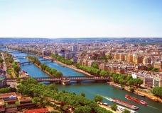 Flyg- sikt av Paris med flyg- sikt från Eiffeltorn - Seinet River och de bostads- byggnaderna Royaltyfria Foton