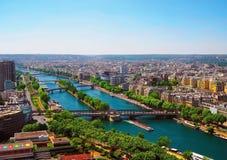 Flyg- sikt av Paris med flyg- sikt från Eiffeltorn - Seinet River och de bostads- byggnaderna Fotografering för Bildbyråer