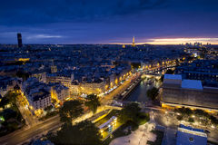Flyg- sikt av Paris på natten Arkivbild