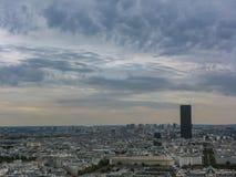 Flyg- sikt av Paris under cloudly himmel Frankrike fotografering för bildbyråer