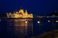 Flyg- sikt av parlamentbyggnad i aftonen, Budapest, Hun royaltyfri foto