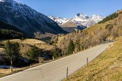 Flyg- sikt av passerandealbulaen i Schweiz Royaltyfria Foton