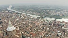 Flyg- sikt av Pavia cityscape som gäller domkyrkan och Ponte Coperto eller den Coperto bron över den Ticino floden lombardy stock video