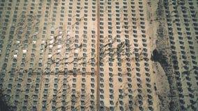 Flyg- sikt av photovoltaic paneler som reflekterar solen Reflektorer och tornet, som samlar energi lager videofilmer