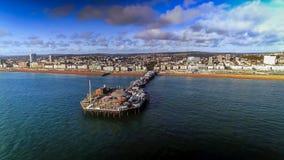 Flyg- sikt av Pier And Beach In Brighton England UK Arkivfoton
