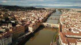 Flyg- sikt av Ponte Vecchio i Firenze Florence, Italien i sommar royaltyfri bild