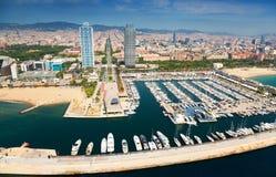 Flyg- sikt av port Olimpic från helikoptern Barcelona arkivbilder