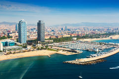 Flyg- sikt av port Olimpic från helikoptern Barcelona arkivfoto