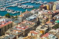 Flyg- sikt av porten och kustlinjen av Alicante, Spanien Arkivbild