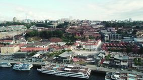 Flyg- sikt av Porto, Portugal Douro flod och Luis I bro stock video