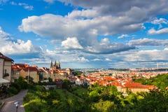 Flyg- sikt av Prague från den Prague slotten på en molnig afton Prague tjeckisk republik Arkivfoton