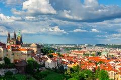 Flyg- sikt av Prague från den Prague slotten på en molnig afton Prague tjeckisk republik Royaltyfri Foto
