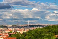 Flyg- sikt av Prague från den Prague slotten på en molnig afton Prague tjeckisk republik Royaltyfria Foton