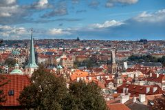 Flyg- sikt av Prague från den Prague slotten Prague tjeckisk republik fotografering för bildbyråer