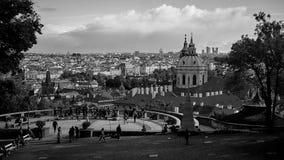 Flyg- sikt av Prague från den Prague slotten Prague tjeckisk republik Turistfolk som ser över den härliga staden arkivfoto