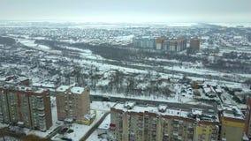 Flyg- sikt av privat husbostadsområde och höga bostads- byggnader i vinterstad stock video