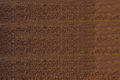 Flyg- sikt av rader av jord av fältet, innan att plantera Fåror ror modellen i ett plogat fält som är förberett för att plantera  Arkivbild