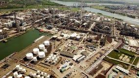 Flyg- sikt av raffinaderiet på Rotterdam Nederländerna arkivfilmer