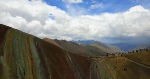 Flyg- sikt av regnbågeberget och de Anderna maxima av Peru stock video