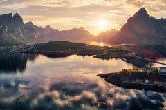 Flyg- sikt av Reine med berg royaltyfria foton