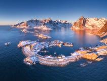 Flyg- sikt av Reine och Hamnoy på solnedgången i vinter arkivbilder