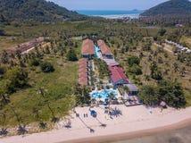 Flyg- sikt av residental område med lyxiga beachfront villor vid havet på den tropiska ön i Thailand arkivbilder
