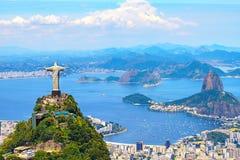 Flyg- sikt av Rio de Janeiro med KristusFörlossare och det Corcovado berget arkivbild