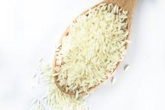 Flyg- sikt av ris i träskeden på isolerad vit bakgrund royaltyfria bilder