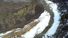 Flyg- sikt av Robbie Creek i vinter med en blick på de omgeende bergen stock video
