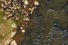 Flyg- sikt av Rocky Riverbank av en flod Royaltyfri Bild