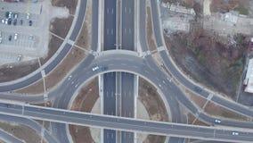 Flyg- sikt av rondellkarusellen, bilkörning på plan grå färgasfalt förbi huvudvägen arkivfilmer