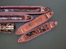 Flyg- sikt av rostiga gamla skepp på vattnet royaltyfri bild