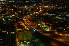 Flyg- sikt av San Antonio motorvägar på natten Royaltyfria Bilder