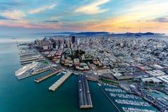 Flyg- sikt av San Francisco på solnedgången Arkivfoton
