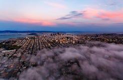 Flyg- sikt av San Francisco på solnedgången Royaltyfri Bild