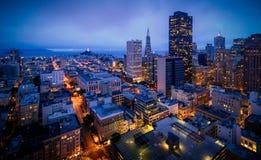 Flyg- sikt av San Francisco Skyline på natten arkivbild