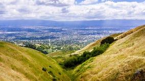 Flyg- sikt av San Jose, del av Silicon Valley; guld- kullar som är synliga i förgrunden; Södra San Francisco Bay område, Kaliforn arkivbilder