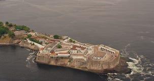 Flyg- sikt av Santa Cruz Fort närliggande Niteroi stock video