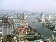 Flyg- sikt av Sathorn det unika tornet, Wat Yannawa, Chao Phraya Bank i den Bangkok staden, Thailand, Asien royaltyfria foton
