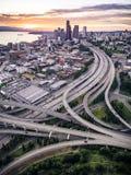 Flyg- sikt av Seattle, Washington med vibrerande aftonrodnadfärger Royaltyfria Bilder