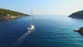 Flyg- sikt av segelbåten som ut går till havet stock video
