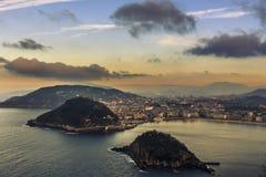 Flyg- sikt av semesterortstaden av San Sebastian i det bergiga baskiska landet royaltyfri foto