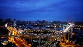 Flyg- sikt av shanghai planskild korsningtrafik på natten, stads- blå horisont, timelapse lager videofilmer