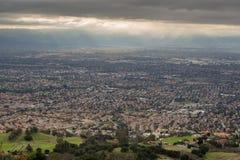 Flyg- sikt av Silicon Valley, den gröna bygden och den illavarslande himlen royaltyfri fotografi