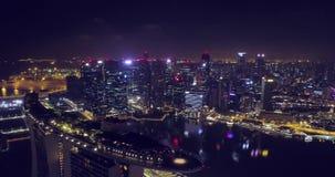 Flyg- sikt av Singapore på natten arkivfilmer
